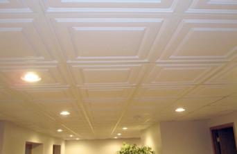 отделка потолка бесшовной плиткой