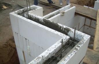 заливка бетона в каркас из несъемной опалубки